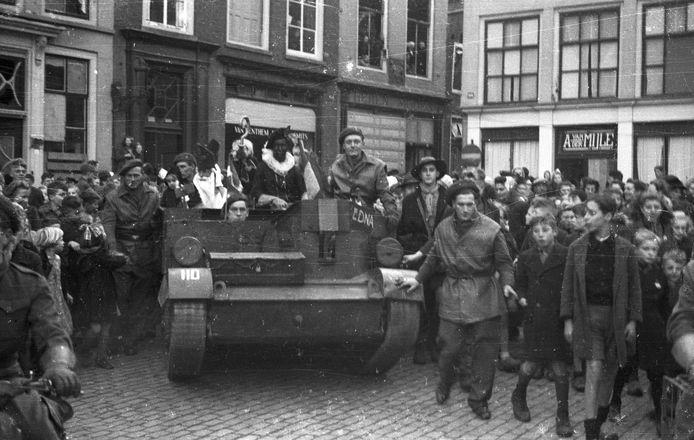 Middelburg, 5 december 1944: Intocht van Sinterklaas tijdens bevrijdingsfeesten op de hoek Dam-Korte Delft van Middelburg. Op de hoek de banketbakkerswinkel van Arie van der Mijle, gevestigd aan de Dam. foto: P. Vreke / ZB, Beeldbank Zeeland