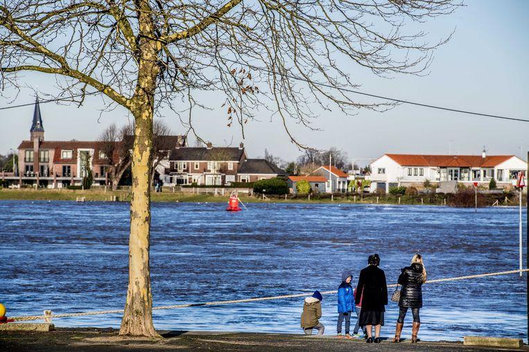 Hoog water bij de Waalkade bij Nijmegen. De zogeheten coupures zijn gesloten om de stad te beschermen tegen het hoge water. Beeld ANP