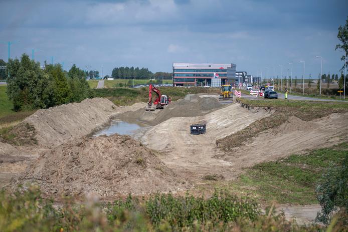 Start van de werkzaamheden half september dit jaar voor de fietstunnel in de Innovatieweg, de toegangsweg tot bedrijventerrein Maintenance Valuepark, in de verte het nieuwe hoofdkantoor van Dow.