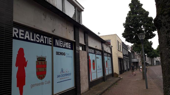 Het te slopen pand op de kop van de Molenstraat (links).