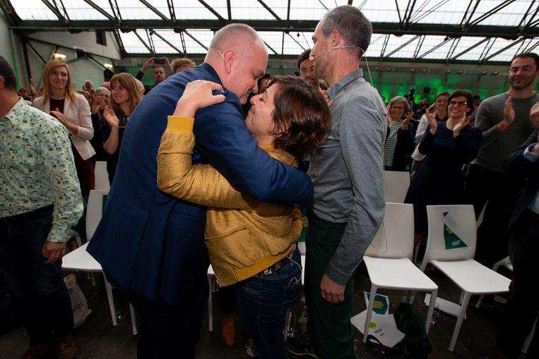 Björn Rzoska omhelst Meyrem Almaci op het Groen-congres waar ze opnieuw tot voorzitter werd verkozen.