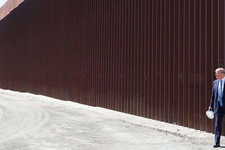 Donald Trump tijdens een bezoek aan de muur in Otay Mesa, Californië.