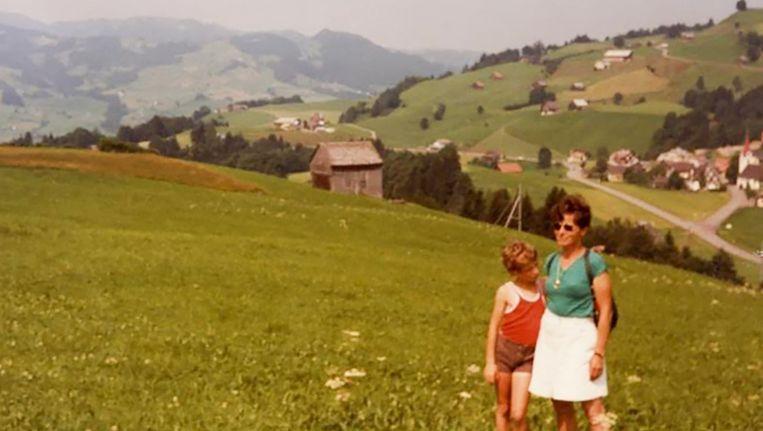 De jonge Arnon met zijn moeder Beeld .