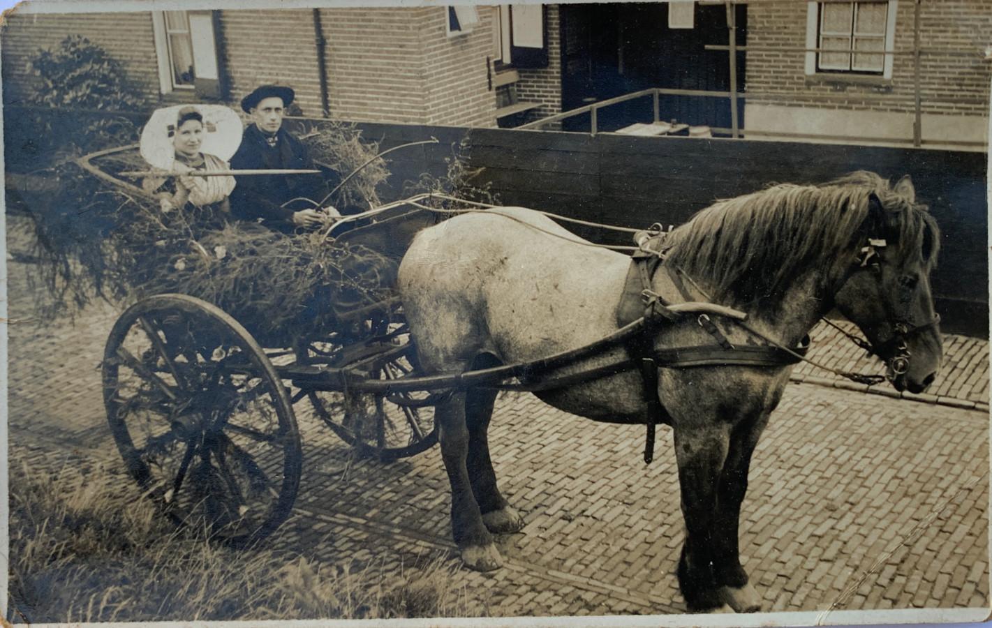 Janna van Kruiningen (opoe) en Jan van Velzen doen mee aan het ringrijden op Koninginnedag, kort voor ze trouwen in 1936.