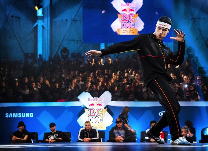 Menno van Gorp tijdens de finale van het wereldkampioenschap breakdance in de Amsterdamse Gashouder.