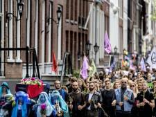 Klimaatactivisten houden begrafenisstoet door de stad