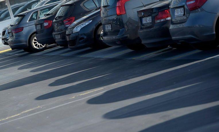 Bedrijfswagens op een parkeerplaats.