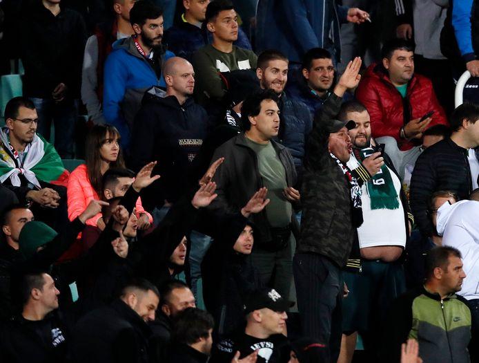Bulgaarse fans maken een Hitler-groet tijdens de EK-kwalificatiewedstrijd tegen Engeland.