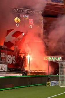 Fans FC Twente vernielen kunstgras Roda met fakkels