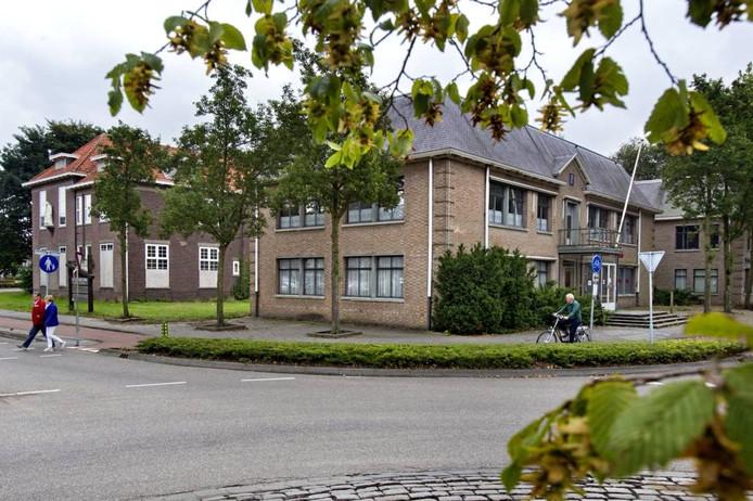 De St. Jozefschool en het oude gemeentehuis in Reusel.