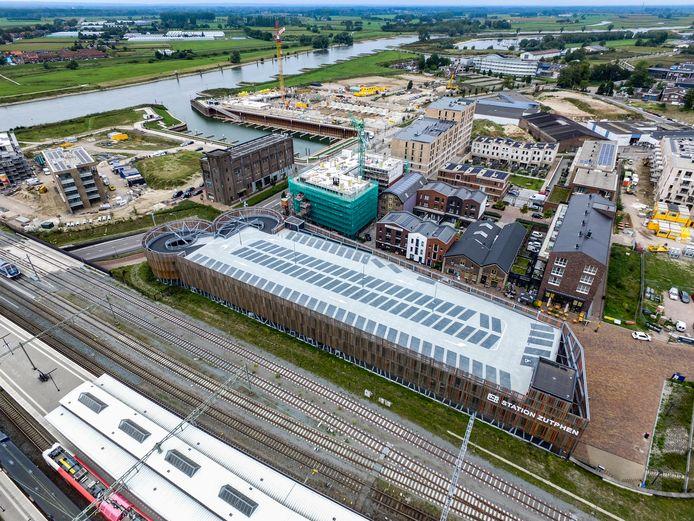 De parkeervakken op de bovenste verdieping van de parkeergarage achter het NS-station Zutphen zijn leeg. Net als een verdieping lager. Een alledaags beeld voor de garage die bijna vijf miljoen euro kostte.