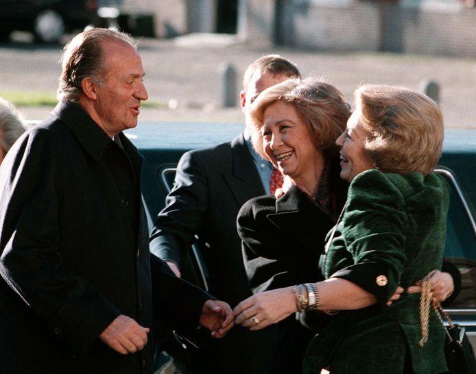 Toenmalig koning Juan Carlos en koningin Sofía van Spanje worden in 1998 warm ontvangen door dan nog koningin Beatrix, die haar verjaardag viert.