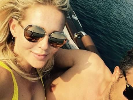 Chantal sexy in zomers knalgeel en Lisa tipt het strand