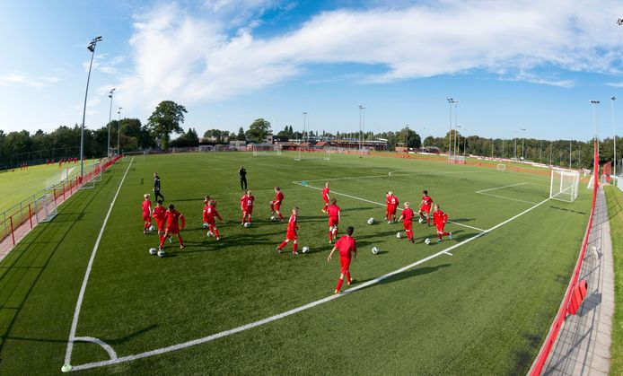 Jeugdspelers van de FC Twente Voetbalacademie trainen op het trainingscomplex in Hengelo.