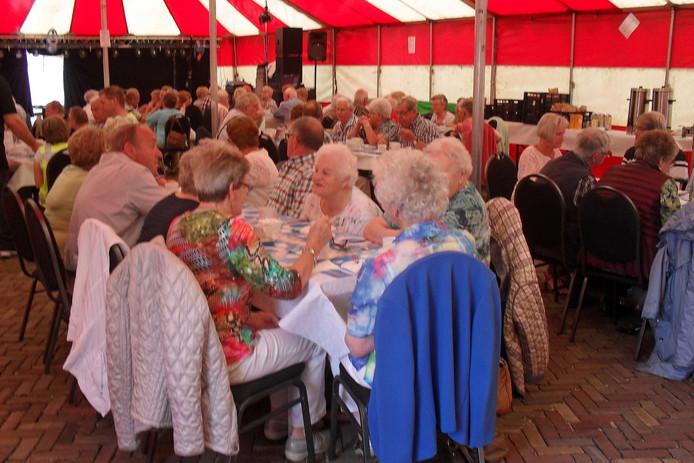 Bijna 80 ouderen waren aanwezig in de feesttent voor de jaarlijkse familiebrunch.