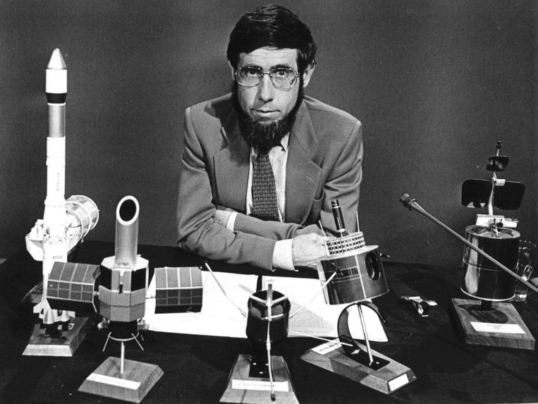 1982: Chriet Titulaer presenteert de 12-delige Teleac-cursus 'Een kwart eeuw ruimtevaart'. Beeld anp