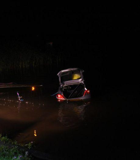Auto te water in Wanneperveen