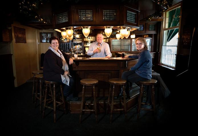 Petrie, Frans en Henriëtte Smetsers (vlnr) in café 't Vrijthof in Oirschot, waar zondag het jubileumfeest wordt gevierd.