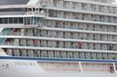 Zo'n 900 passagiers waren nog aan boord van het schip, ongeveer 500 mensen zijn met helikopters aan land gekomen.