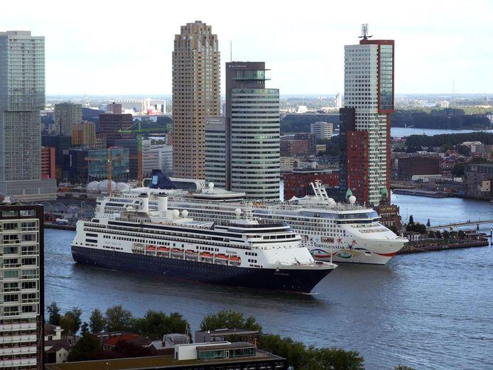 De Norwegian Star (rechts) naast de ms Rotterdam.