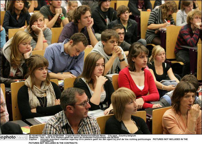Dit beeld zal voorlopig even niet te zien zijn bij UGent: in een vol auditorium zitten de studenten vlak naast elkaar te luisteren naar de professor.