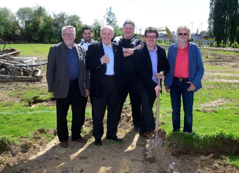 Schepen Ludo Persoons, hier met spade in de hand. Hij wordt vergezeld door leden van het gemeentebestuur en FC Galmaarden.