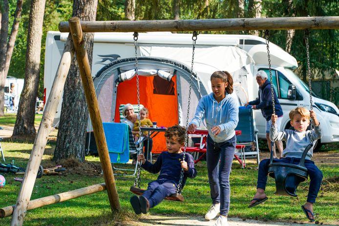 Frank en Ine Verhofstad met vier van hun kleinkinderen (vlnr) Puck, Jim, Maud en Mick op camping De Paal in Bergeijk.