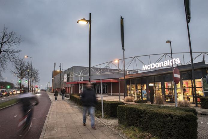 McDonald's op de voorgrond, de voormalige Matrixx op de achtergrond. Ze maken beide plaats voor een nieuwe McDonald's, met McCafé.