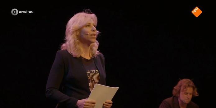 Claudia de Breij zingt het lied over Anne Faber