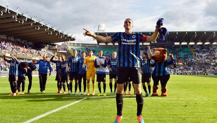 Timmy Simons bouwt een feestje met de fans na 3-0 de thuiszege tegen Standard.