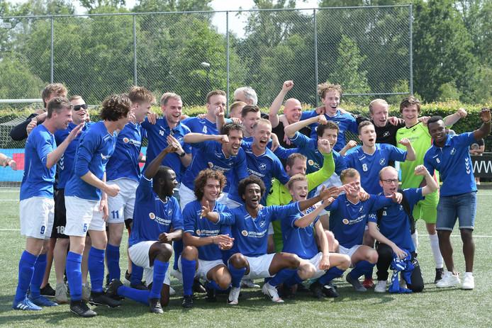 Het eerste elftal van De Zweef viert feest vanwege het klassebehoud. maar hoe lang spelen de Nijverdallers nog in de eerste klasse van de zondagamateurs?