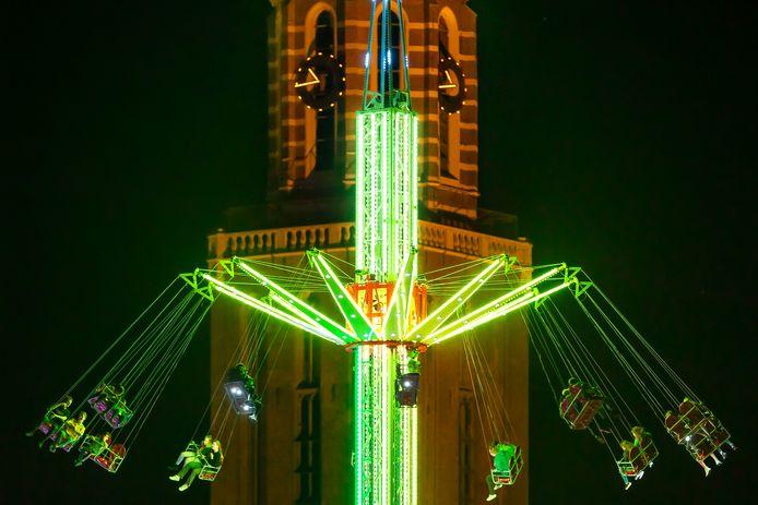 De kermis in de Zwolse binnenstad, een jaar geleden. De De officiële benaming van deze attractie is de Swingtower M40 maar in de volksmond wordt het de zweefmolen of Europe Flyer genoemd.