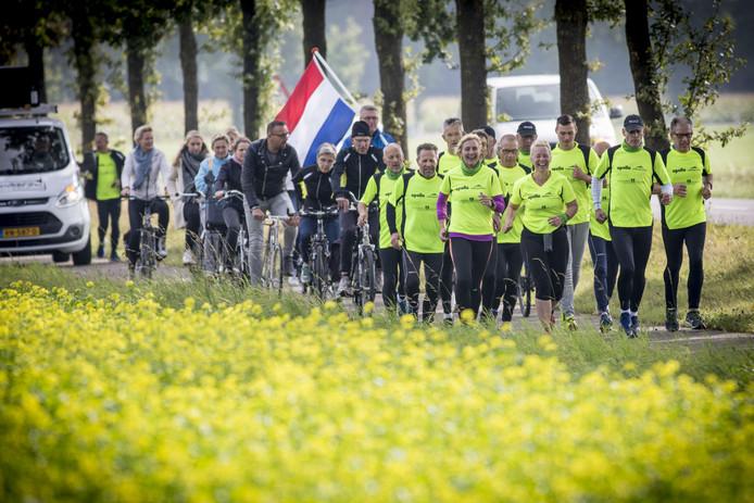 Na meer dan 1.500 kilometer hardlopen finishen in Haaksbergen ...