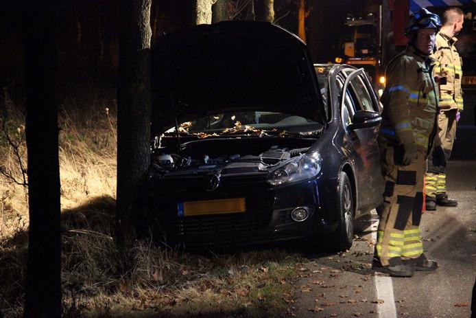 Hulpdiensten bij de verwoeste auto op de Koningsweg in Arnhem.