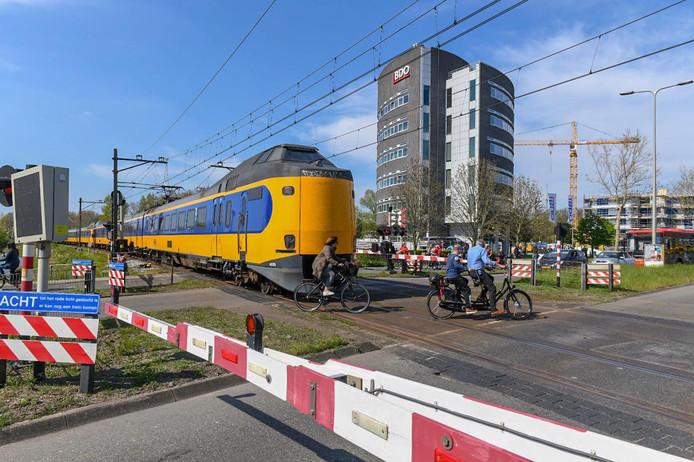De defecte trein midden op de overgang aan de Laan der Continenten.
