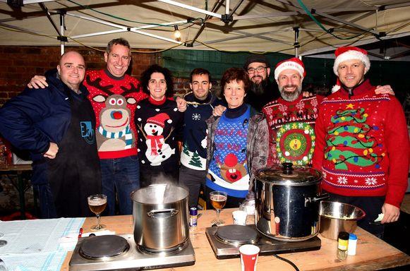 Met hun mooiste trui aan meewerken in het kerstcafé
