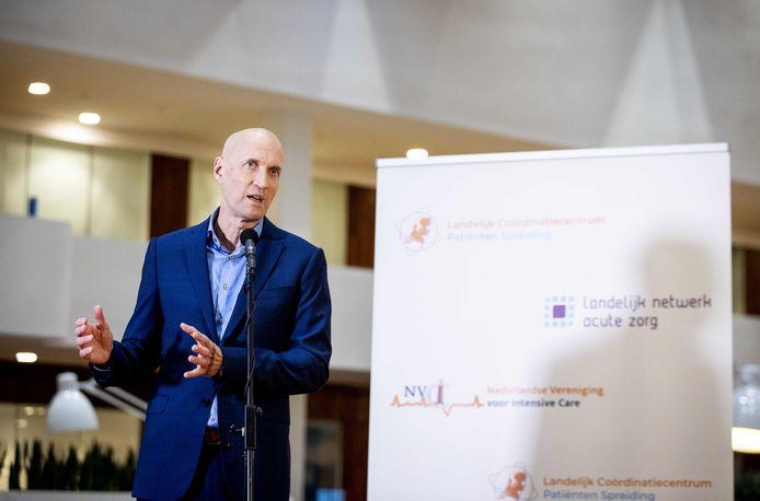 Ernst Kuipers, voorzitter van het Landelijk Netwerk Acute Zorg, noemt het uitstekend nieuws dat ziekenhuismedewerkers als eerste kunnen worden gevaccineerd.