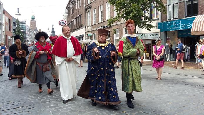 In middeleeuwse kleding door Nijmegen tijdens het Gebroeders Van Limburg Festival.