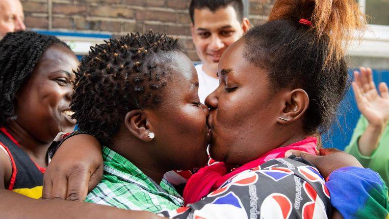 Justine Kizito Namukisa (rechts) was ook bij de actie aanwezig Beeld ANP
