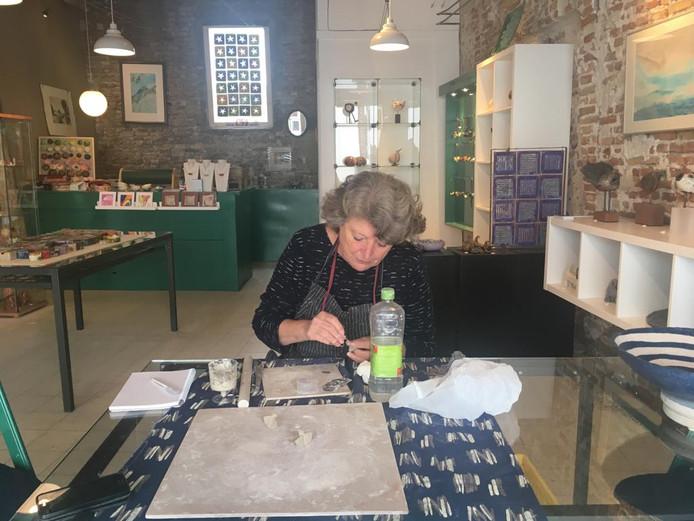 Marijke Lamboo aan het werk in de Kunstcadeauwinkel.