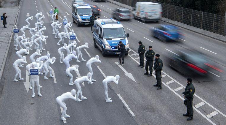 Activisten van Greenpeace demonstreren tegen vervuilende auto's. Beeld AP