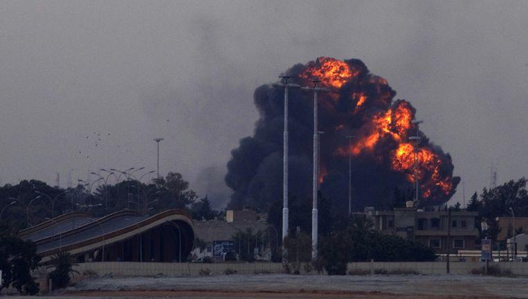Een grote explosie net buiten Benghazi, veroorzaakt door een neergehaalde straaljager. Beeld ap