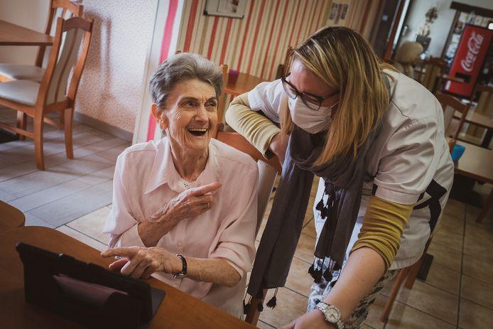 Grâce à une tablette, les résidents de la maison de repos l'Heureux Séjour peuvent voir leur famille.