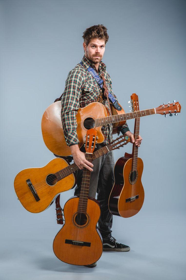 Peter Hens brengt op één van zijn vele gitaren leuke, herkenbare liedjes