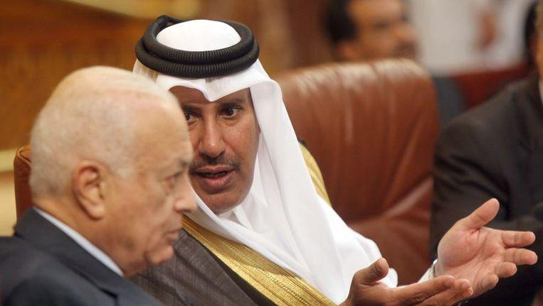 De Sjeik van Qatar Hamad bin Jassem bin Jabr al-Thani (R) spreekt vandaag met de secretaris-generaal van de Arabische Liga, Nabil al-Arabi, tijdens een spoedvergadering over de situatie in Syrië. Beeld afp