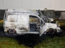 Bestelbusje brandt volledig uit op bedrijventerrein in Den Bosch