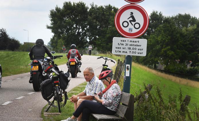 Een zomerse zaterdagmiddag aan de Lekdijk: motorrijders negeren het motorverbod tussen Jaarsveld en Willige-Langerak.