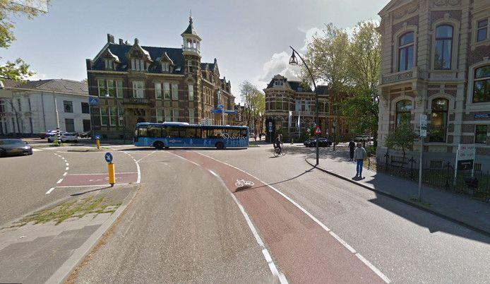 De steekpartij vond plaats op de Van Roijensingel met rechts de afslag naar de Stationsweg in Zwolle.