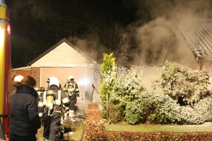 De brand zorgde voor schade aan de schuur en het woonhuis.