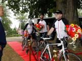 Ex-coronapatiënt Oscar rijdt ambulancerit opnieuw, maar nu op zijn fiets: 'Ik ben zo dankbaar'